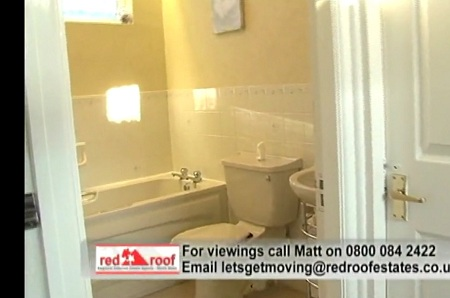 10 Moreton Close master bathroom